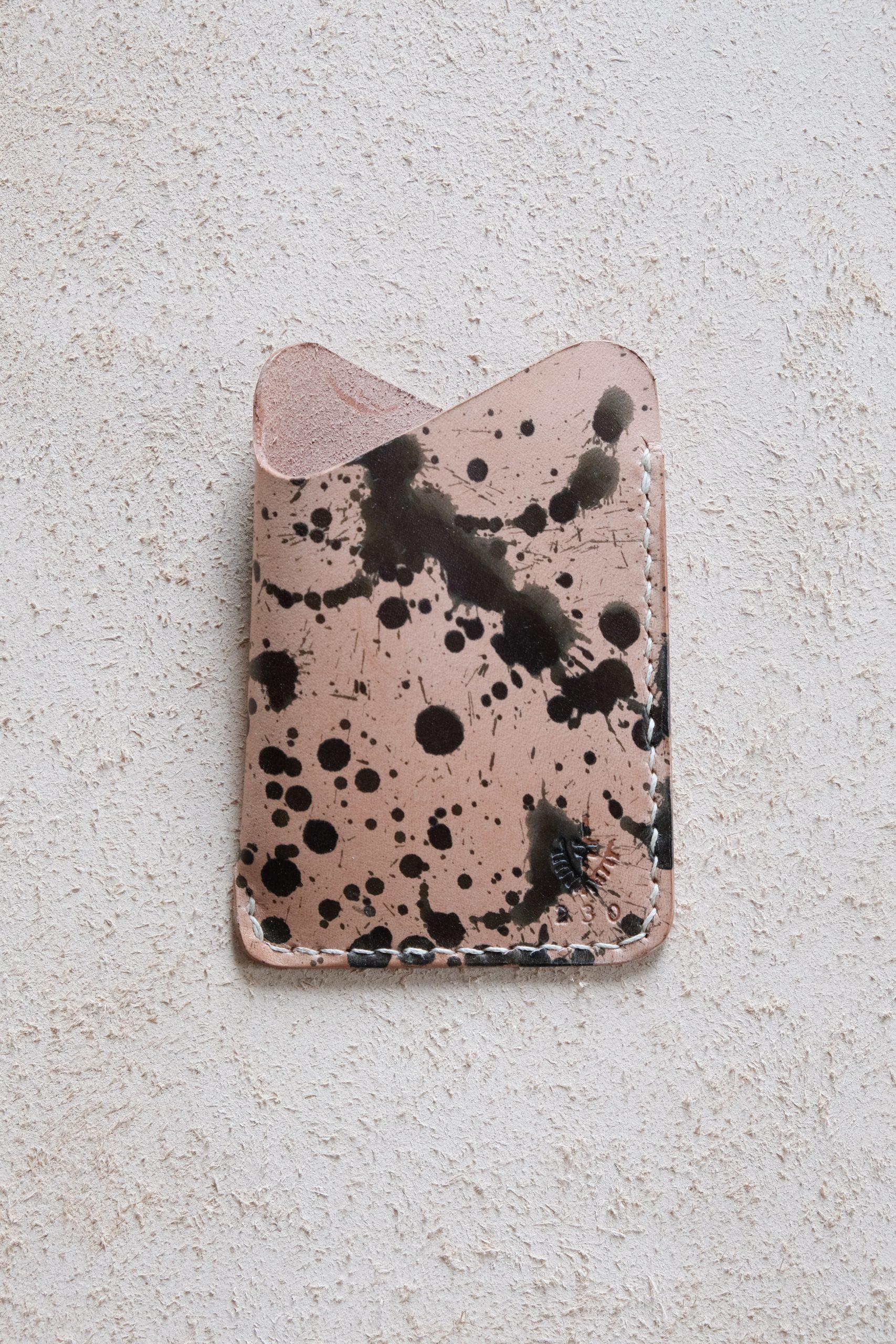 lerif designs leather wave cardholder variegata on beige background